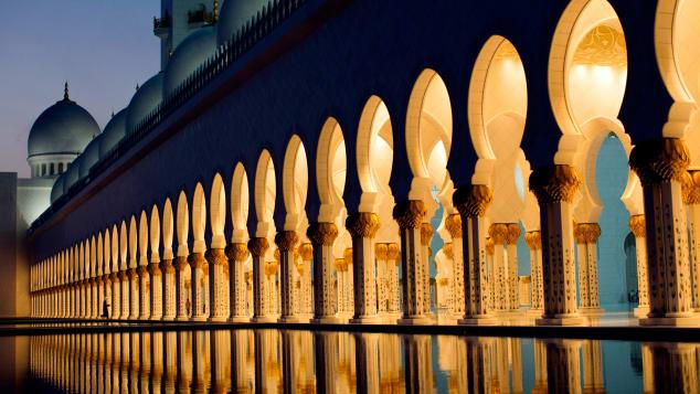 مسجد جامع شیخ زاید ابوظبی بزرگ ترین و زیباترین مسجد امارات متحده عربی به شمار آمده و تنها در نیمه اول سال جاری، 4 میلیون گردشگر از آن بازدید کرده اند.