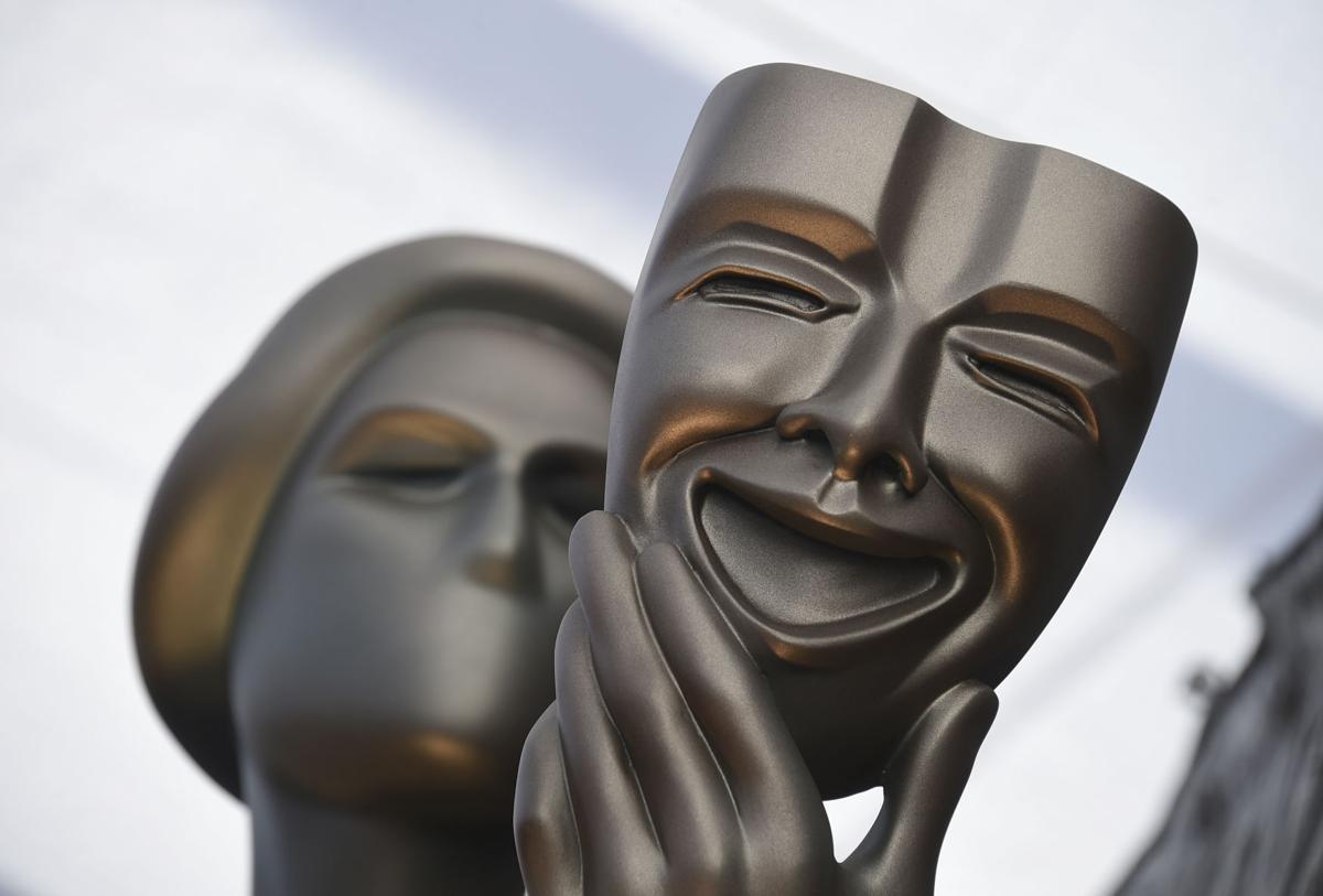 برد پیت و جنیفر آنیستون در پشت صحنه مراسم اهدای جایزه انجمن بازیگران فیلم (SAG) در صحنه ای احساسی سهیم بودن در جوایز این مراسم را به یکدیگر تبریک گفتند.
